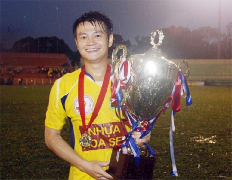 Văn Quyến vui mừng nhận cup quốc gia của Sông Lam Nghệ An