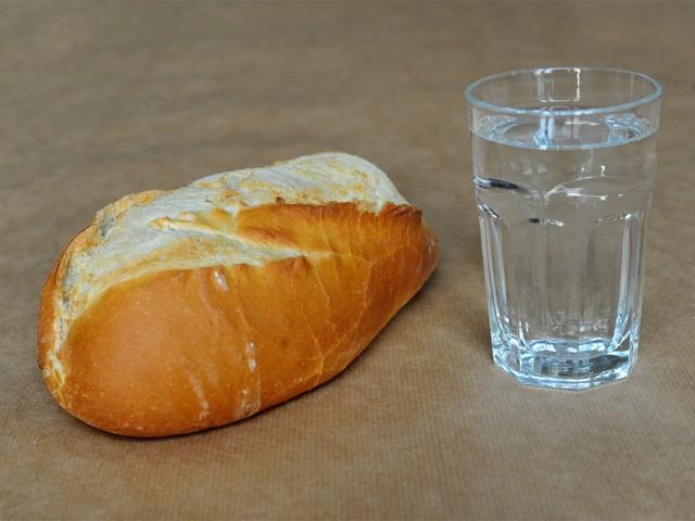 Đồ ăn khô & nước uống là 2 thứ thiết yếu
