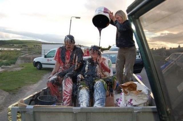 Tập tục bôi bẩn cô dâu chú rể trước ngày cưới là một truyền thống có từ rất lâu đời ở Scotland