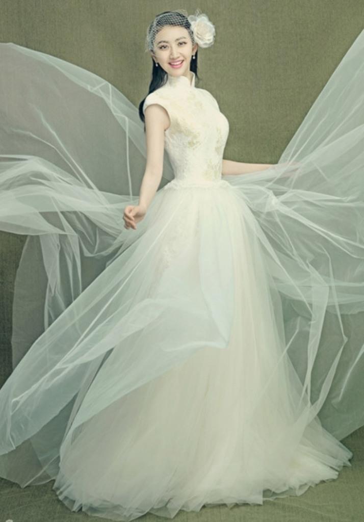 Váy cưới cổ cao giúp cô dâu gợi cảm hơn