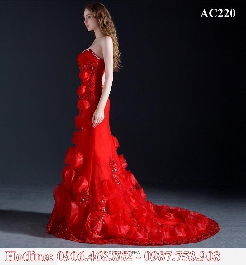 Váy đính hoa 3D giúp cô dâu mềm mại, nữ tính và cuốn hút