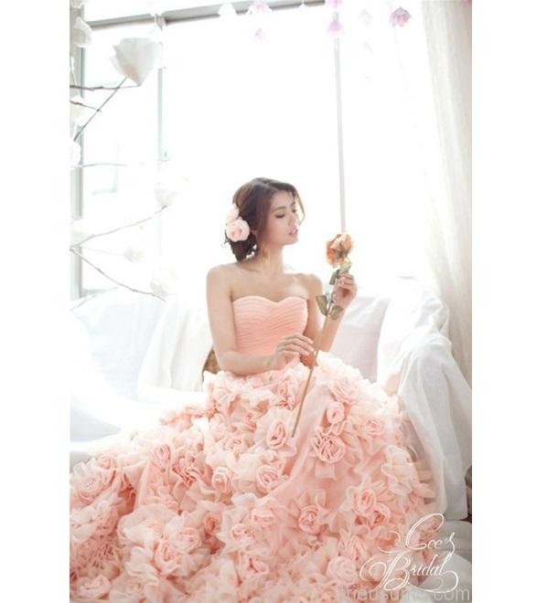 Hoa hồng được thiết kế tinh tế trên váy cưới tương trưng cho tình yêu ngọt ngào