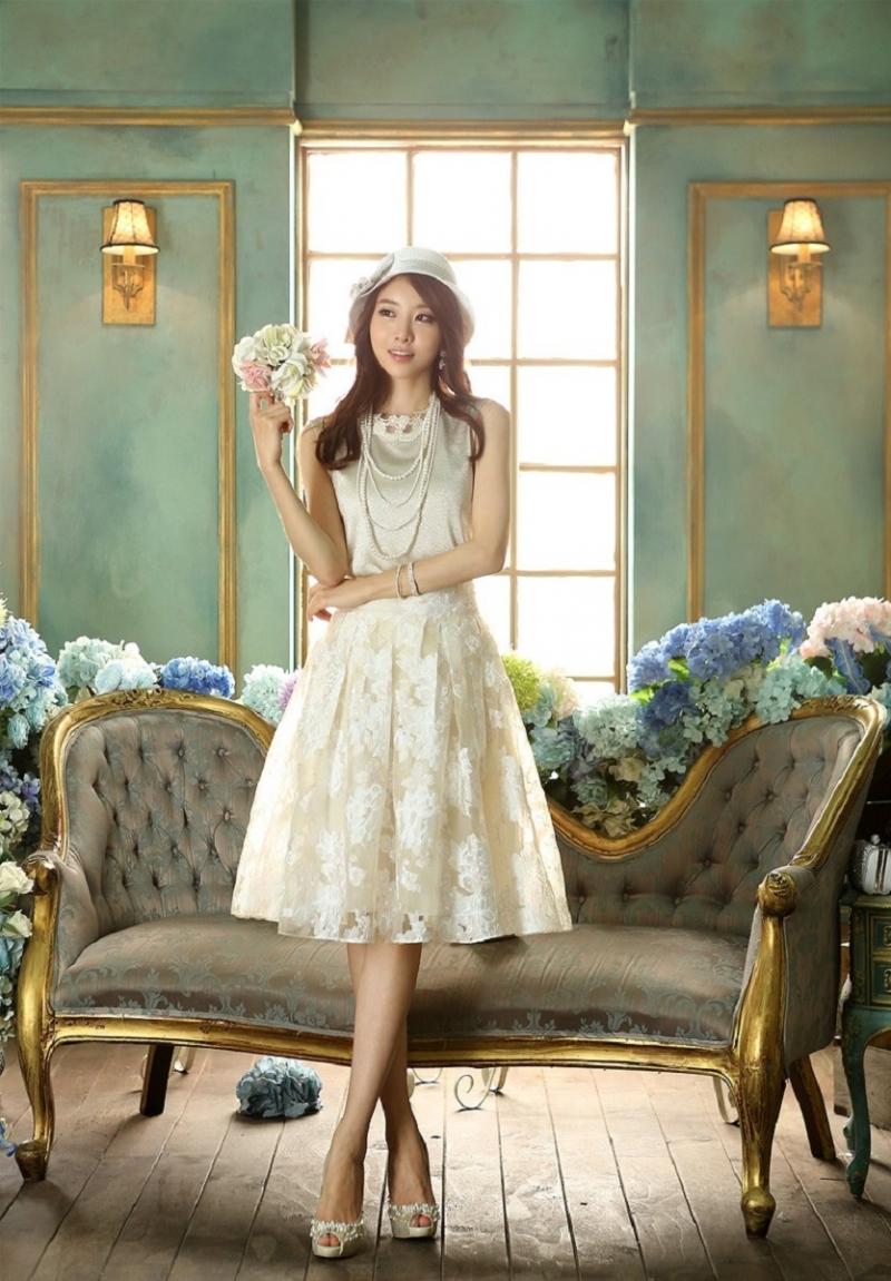 Một chiếc đầm trắng đơn giản luôn là sự lựa chọn hoàn hảo
