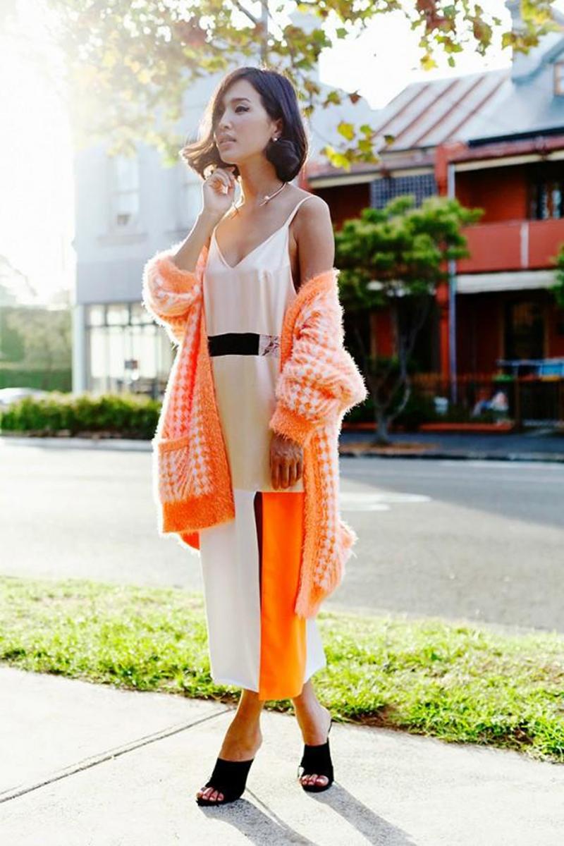 Váy với cardigan có tông màu trùng nhau