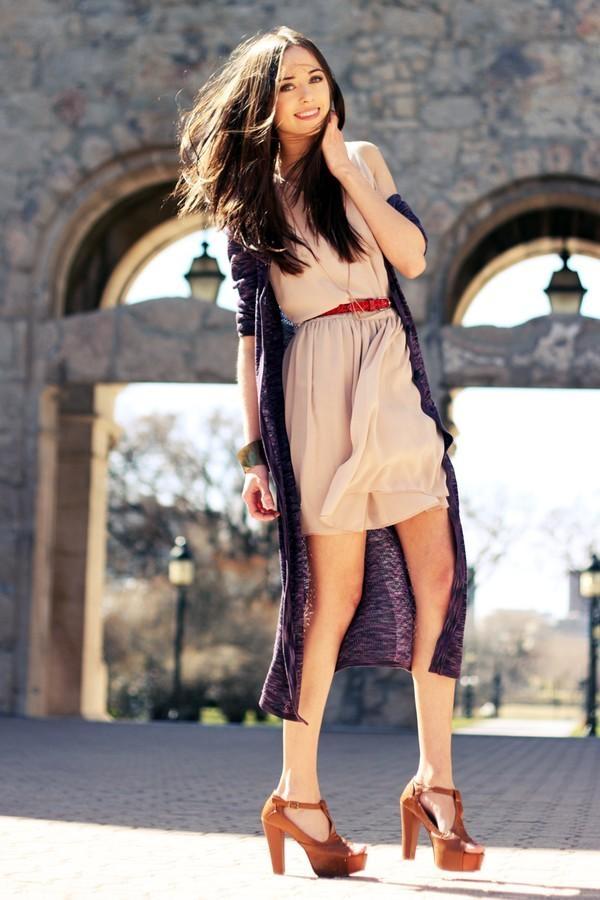 Cardigan kết hợp với váy liền tạo cảm giác nữ tính