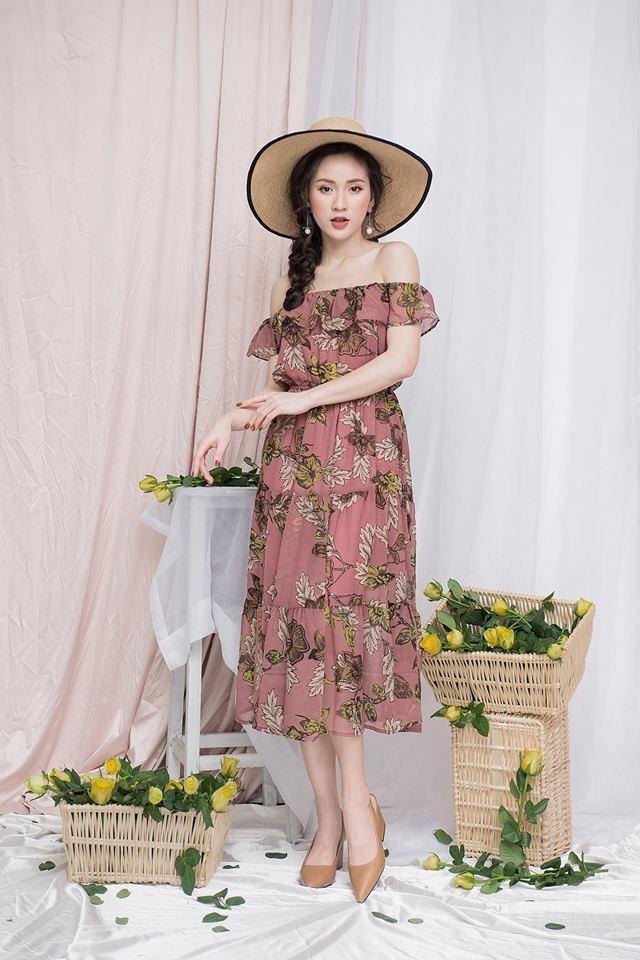 Váy maxi và mũ cói rộng vành luôn là phụ kiện quan trọng nhất trong các kỳ nghỉ
