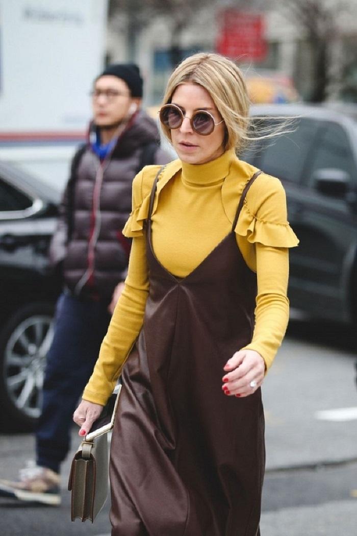Cũng là slip - dress nhưng lần này là chất liệu da kết hợp cùng áo tay dài với gam màu tươi tắn nhưng không quá