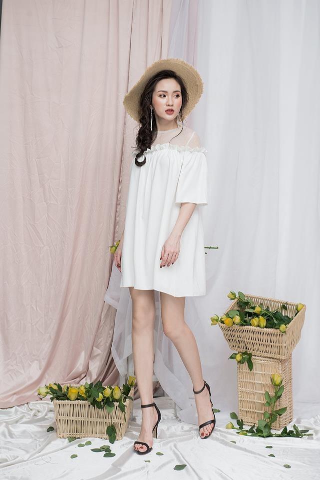 Váy trễ vai lót ren mỏng khéo léo tôn lên vóc dáng mảnh mai
