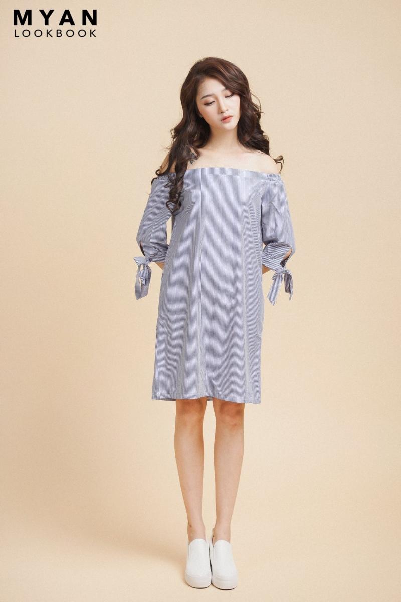 Váy trễ vai kết hợp với slip on khá là phù hợp.
