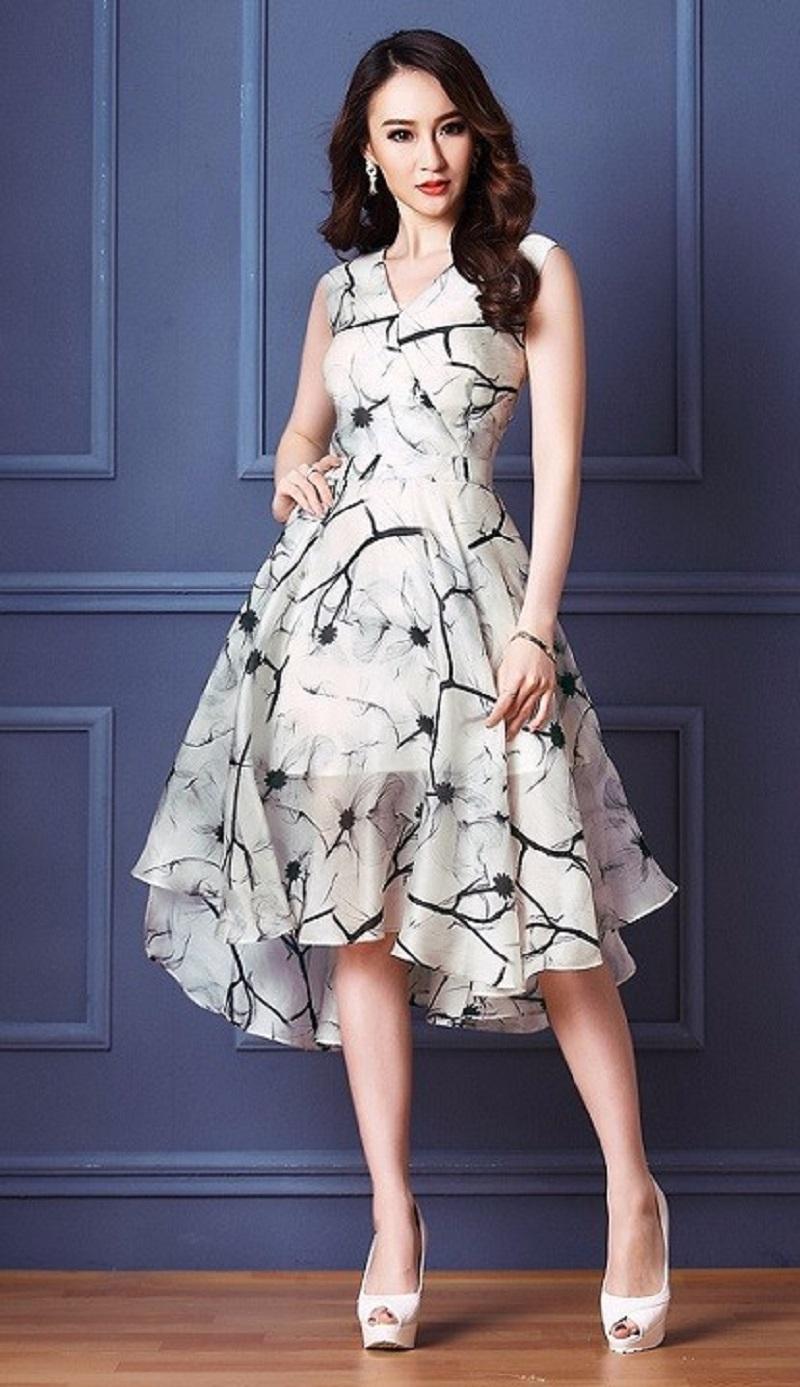Chiếc váy voan với phần đuôi cách điệu tạo điểm nhấn