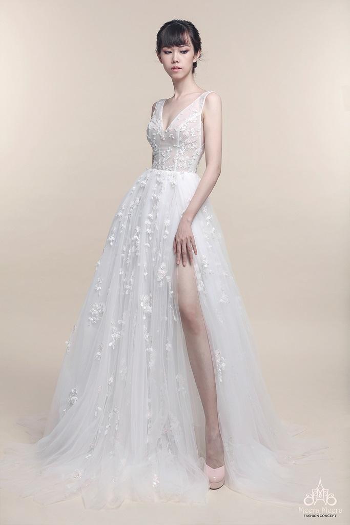Váy xẻ tà luôn là lựa chọn hàng đầu để tôn dáng chân cho cô dâu