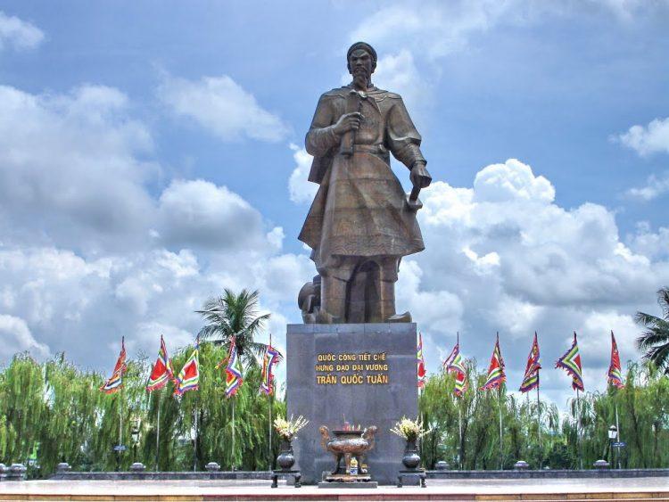 Tượng đài Hưng Đạo Vương ở TP Nam Định