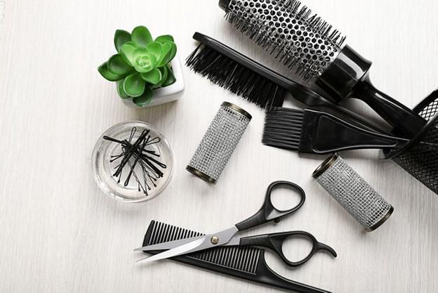 Vệ sinh những dụng cụ chăm sóc tóc