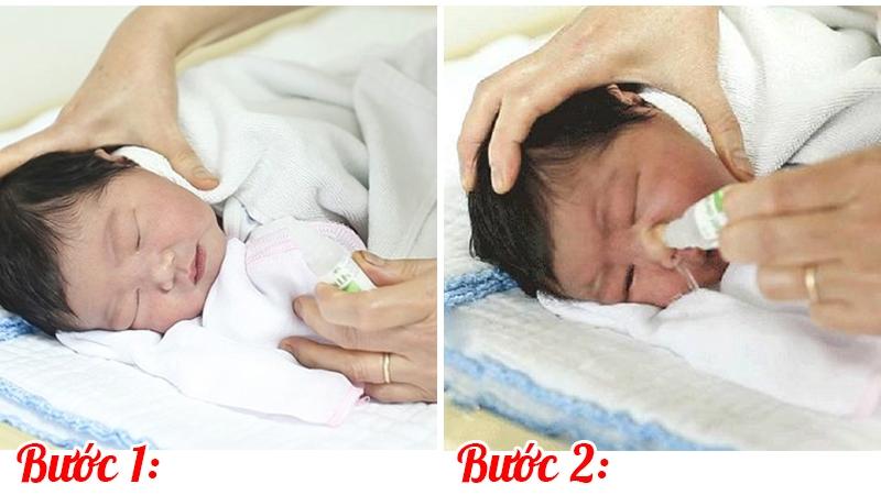 Các mẹ nên vệ sinh mũi cho con bằng dung dịch nước muối sinh lí.