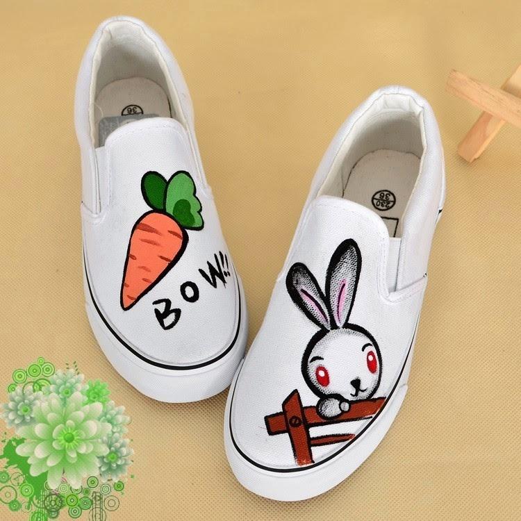Sau năm 2010, xu hướng giày thể thao vẽ tay tràn lan khắp các shop thời trang, những kiểu giày ngộ nghĩnh đầy màu sắc rất được lòng các bạn trẻ và cả những đôi giày cao gót khi qua tay các họa sỹ cũng trở nên đáng yêu và xinh xắn rất nhiều.