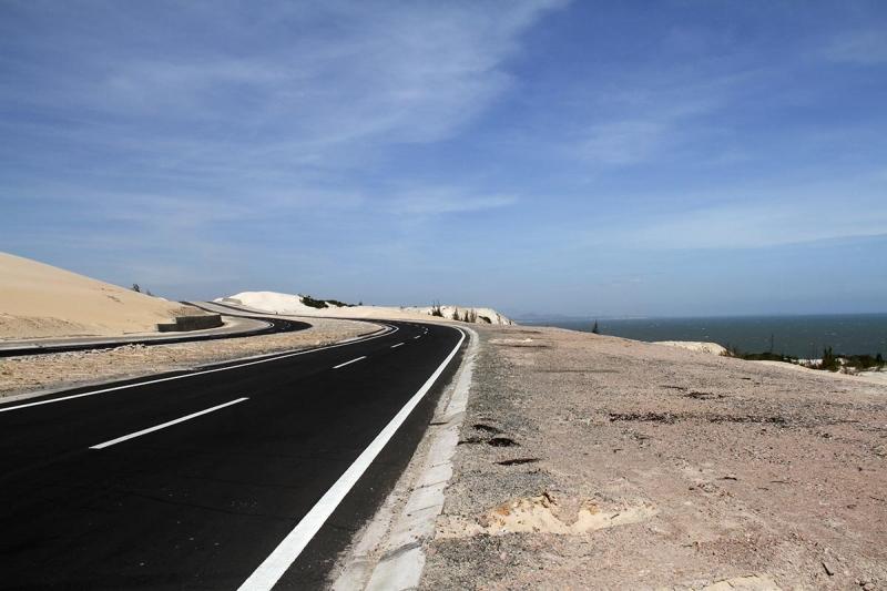 Những bờ cát trắng phau dọc hai bên đường tại nơi đây, sẽ khiến bạn ngây ngất bởi không gian mênh mông và ngập tràn cát trắng.
