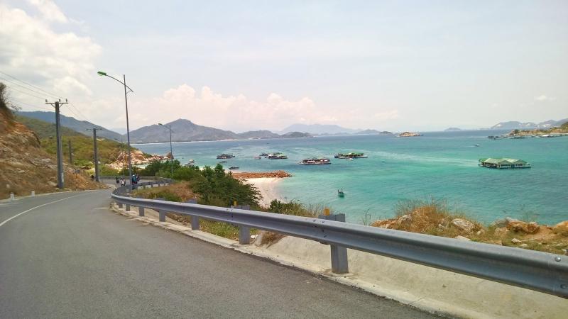 Cung đường Vĩnh Hy- Cam Ranh với một bên là núi, một bên là biển đã dệt nên bức tranh đẹp cho những ai thích chinh phục cái mới.