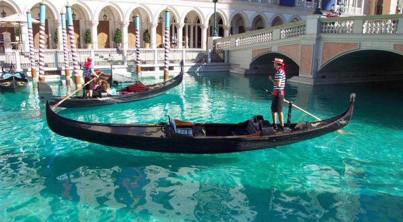 Hình ảnh chiếc gondola len lỏi qua những con kênh nhỏ trong tiếng hát du dương của người chèo thuyền luôn là ấn tượng khó phai đối với các du khách.
