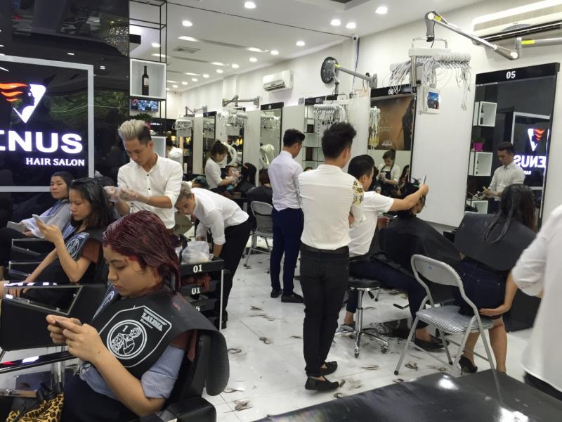 Salon có đầy đủ tất cả mọi trang thiết bị mới nhất, hiện đại nhất phục vụ cho việc làm tóc.