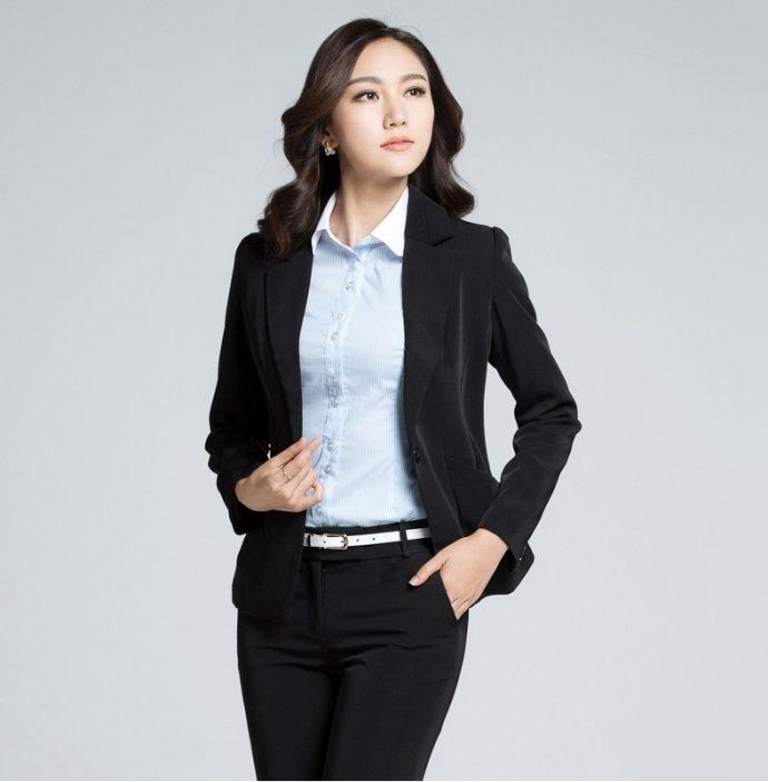 Sang trọng trong sự kết hợp giữa áo vest, áo sơ mi và quần âu.