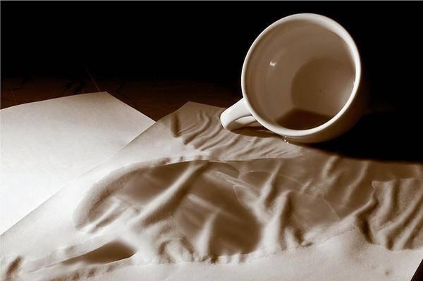Vết bẩn cà phê trên áo rất khó làm sạch.