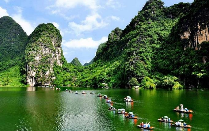 Mọi người khi đến Du lịch Ninh Bình đều không khỏi trầm trồ và ngỡ ngàng bởi vẻ đẹp của những danh lam thắng nổi tiếng