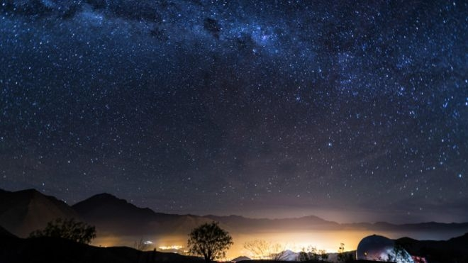 Vì sao bầu trời ban đêm có màu đen?