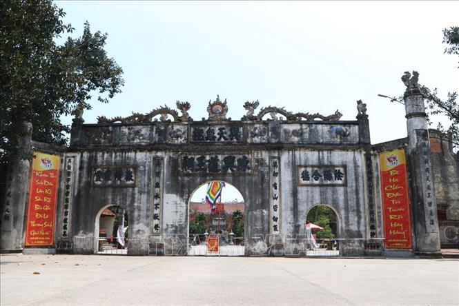 Cổng lớn đền Kiếp Bạc hướng ra sông Lục Đầu