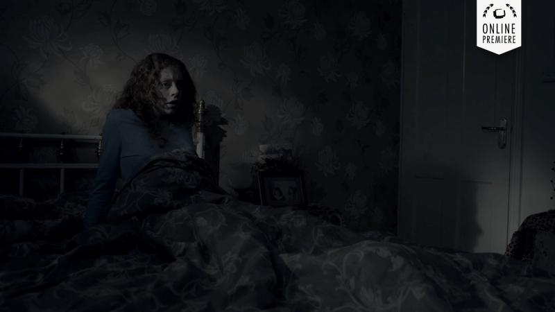 Cô gái sợ hãi khi biết rằng không chỉ có mình mình trong ngôi nhà