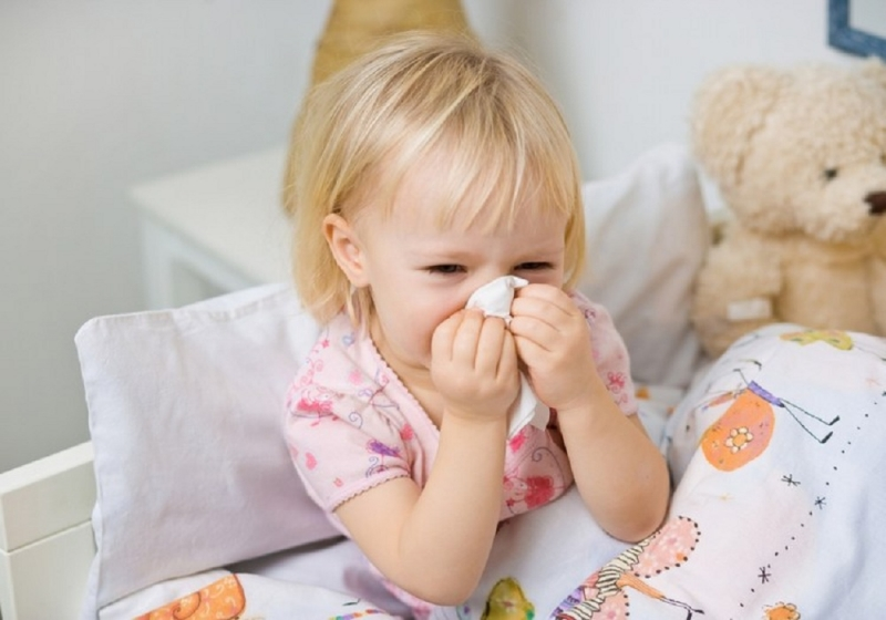 Trẻ rất dễ dàng mắc viêm mũi dị ứng vào mùa xuân.