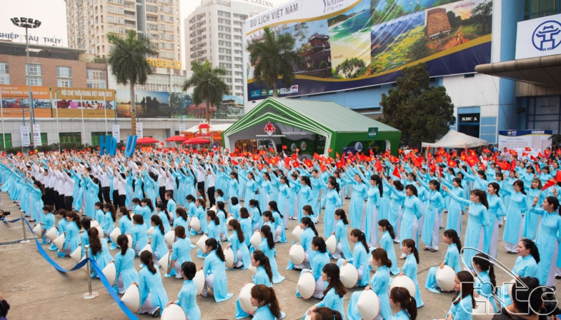 sinh viên Viện Đại Học Mở kỉ niệm ngày thành lập trường