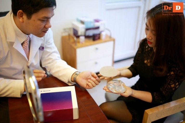 Bác sĩ Điền tư vấn khách hàng chọn chất liệu túi ngực phù hợp