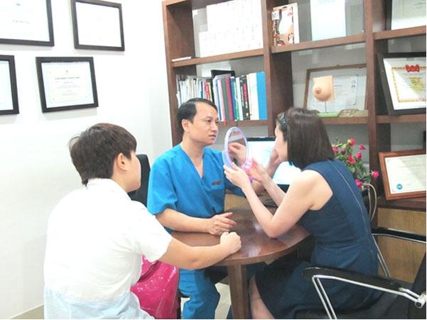TS.BS. Mai Mạnh Tuấn khám và tư vấn căng da mặt cho khách