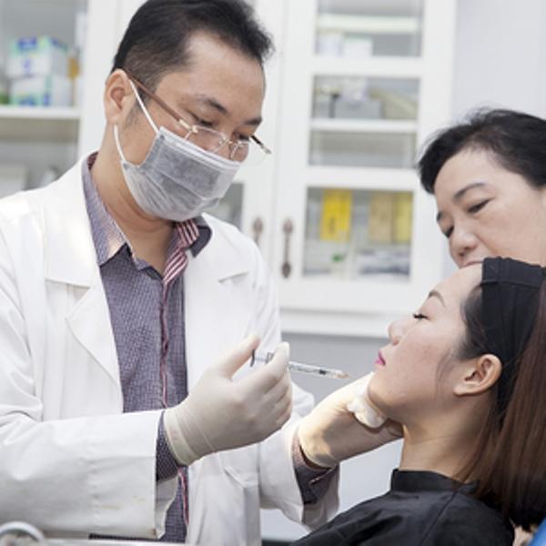 Bác sĩ Hải Lê khám và điều trị căng da cho bệnh nhân