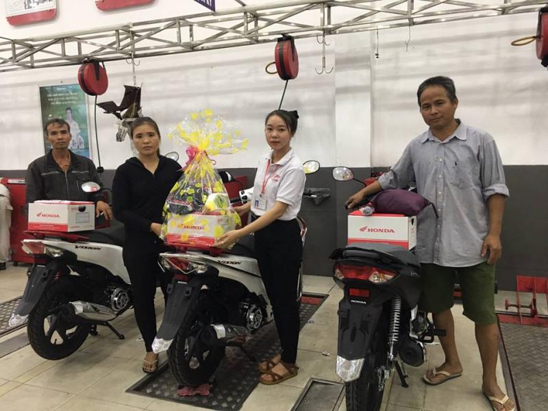 Khách hàng mua xe tại Viễn Thuận Phát