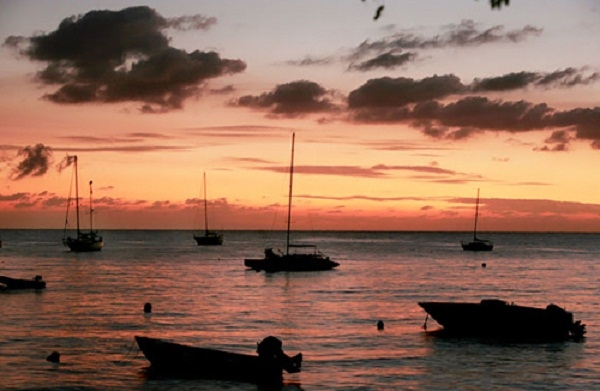 Những con thuyền nhỏ của ngư dân đậu ở bờ biển