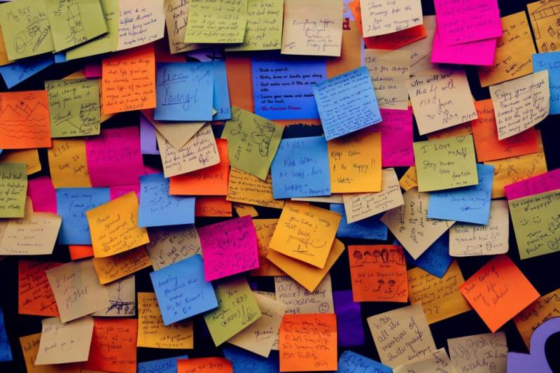 Viết ghi nhớ về những điều tích cực và dán xung quanh