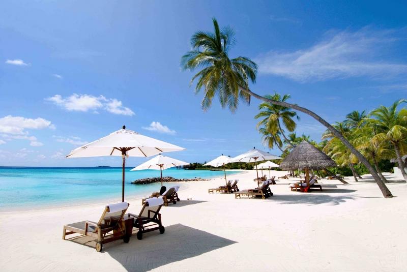 Được xem như là bãi biển đẹp nhất Việt Nam. Hàng năm, Nha Trang thu hút được rất nhiều khách du lịch nước ngoài và cũng như trong nước. Nước biển xanh mướt, với bãi cát trắng muốt trải dài, bầu không khí trong lành, quả là một bãi biển tuyệt đẹp không khác gì Hawaii.