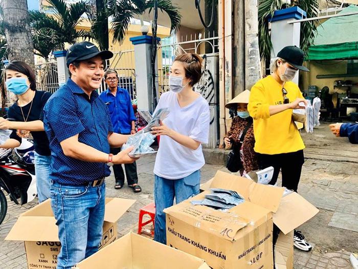 Việt Nam là nước mà khẩu trang khan hiếm không có bán ở các cửa hàng thuốc, nhưng lại có khẩu trang miễn phí phát cho người dân.