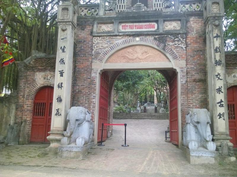 Cổng vào Việt Phủ mang đậm kiến trúc cổ thời xưa
