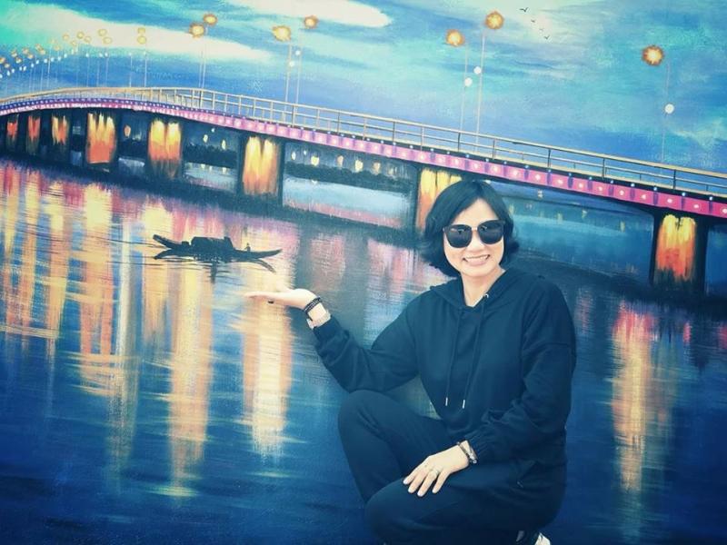 Khách chụp ảnh cùng bức bích họa 3D tại Thiên Đường Nhật Lệ
