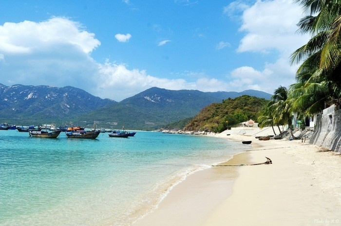 Làn nước trong xanh với bãi cát trắng ở vịnh Ninh Vân