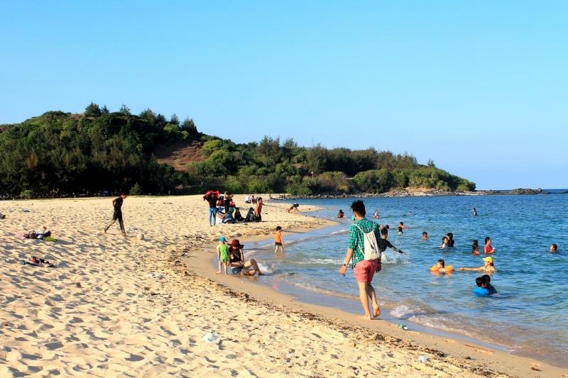 Vịnh Triều Dương thuộc xã Tam Thanh, nằm cách cảng Phú Quý khoảng chừng 1km