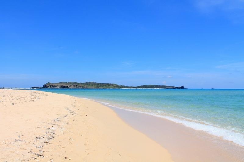 Bãi Triều Dương dù ngắm từ vị trí nào, trên con đường quanh đảo hay dưới hàng dương xanh mát