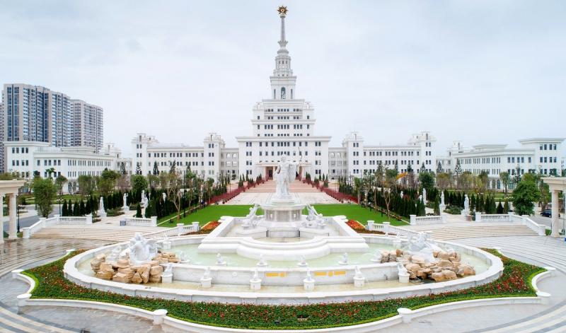 Toàn bộ tòa nhà đều được sơn màu trắng sang trọng đem lại ấn tượng về một khu quảng trường tráng lệ, mang đậm phong cách châu Âu.