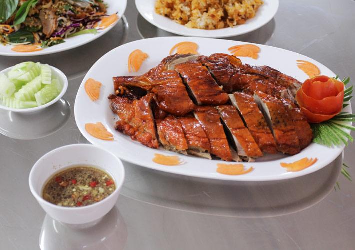 Vịt nướng ở đây là một trong những món ăn được nhiều người ưa thích và đặt về