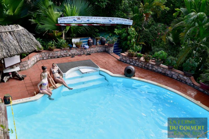 Bể bơi trong xanh tại resort