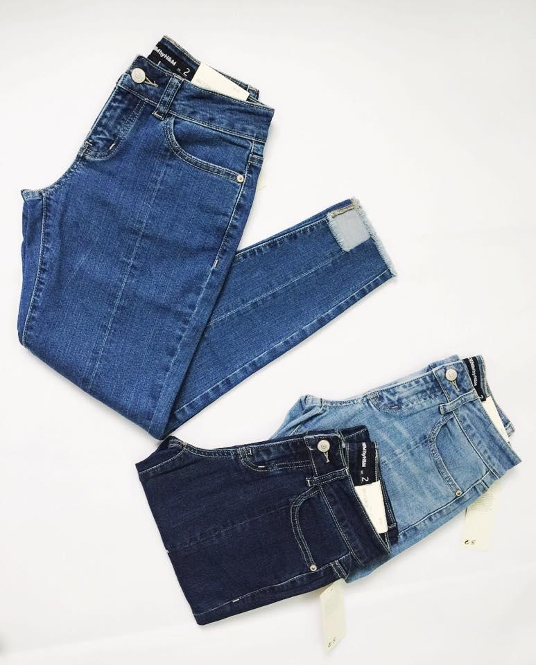 Chất liệu jeans xịn với đường may sắc sảo.
