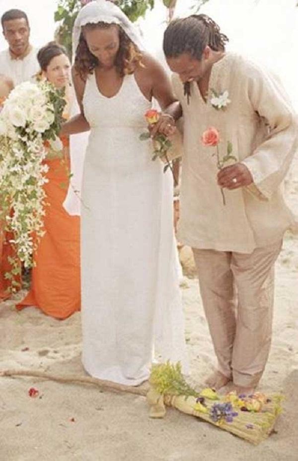 Vợ chồng nhảy qua cán chổi là một tập tục rất phổ biến của người Châu Phi