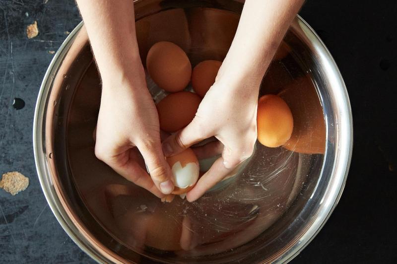 Trong vỏ trứng có tới 95% là cacbonat canxi giúp cây phát triển ổn định, không còi cọc. Nước luộc trứng chứa nhiều khoáng chất tiết ra từ vỏ. Sau khi để nguội, đem nước luộc trứng đi tưới cây sẽ giúp hoa nở đẹp và lâu tàn